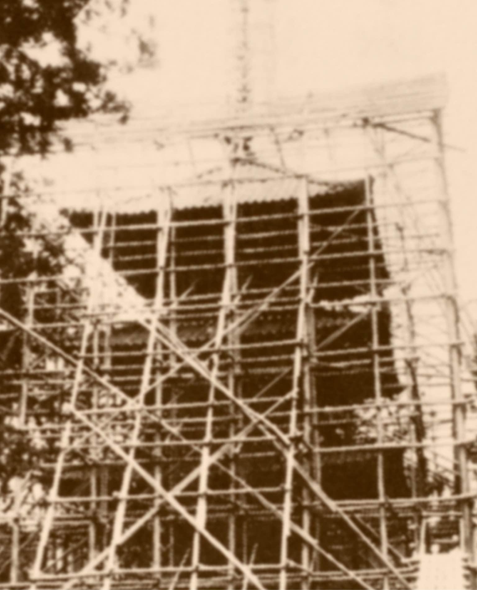 改装中の乙宝寺三重の塔